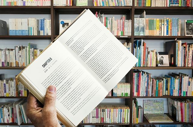 student z książką